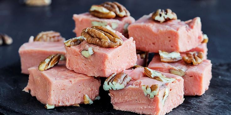 Myk karamellfugde manges favoritt i godteskålen, men har du prøvd å lage karamellfudge selv? Det tar 15 minutter og er overraskende enkelt.