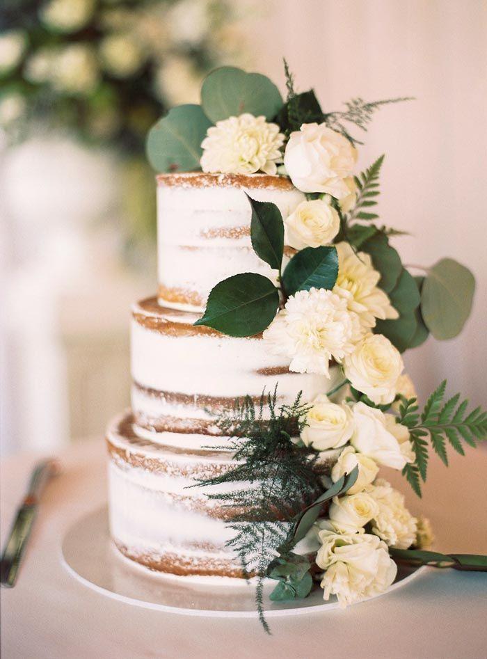 Halbnackte Hochzeitstorte mit Blumen. Credits im K…