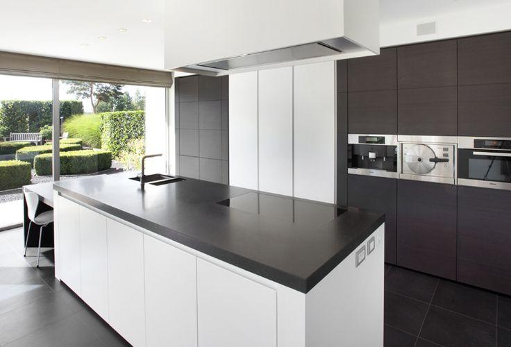 Schellen Architecten: Balen Interieur keuken. Door grote ramen veel lichtinval en uitzicht op groene tuin. Witte strakke keuken