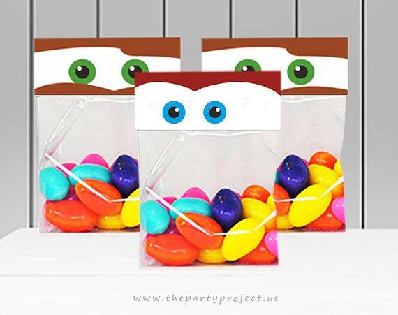 D E S C A R G A • I N M E D I A T A IMPRIMIBLE Decoración para bolsas de dulces fiesta Cars. ****** RECIBIRAS 3 ARCHIVOS PDF DIGITALES. ****** • Cada archivo incluye 1 tamaño de topper diferente. • Personajes: Rayo McQueen y Mate. • You can adhere them to transparent cello bags, or zip lock bags. *** 3 Medidas incluidas: • 6.5W x 2.5H (approximately). • 5.5W x 2H. • 4.25W x 1.75H (approximately). Puedes adherirlas a bolsitas de dulce trasnparentes o bolsitas para sandwich de Zip. Los ...