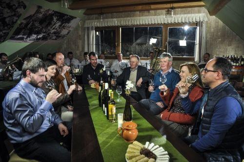 Hrubos Zsolt   Borbás Marcsi Móri borászok között Márciusban Móron illetve a Móri Borvidéken forgatott Gasztroangyal műsort Borbás Marcsi, sok helyszínre ellátogatott, sok finomságot kóstolt, készített (a képen Móri Ezerjót kóstol a móri borászok koszorújában), móri kalandjait április 6-án, Húsvét hétfőn megtekinthetjük a Duna TV-n 17.00 órától. Több kép Zsolttól: www.facebook.com/zsolt.hrubos és www.hrubosfoto.hu