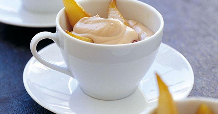 En mousse på svensk mjölkchoklad, en len njutning ihop med smörstekta päronklyftor.