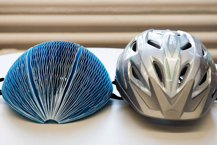 Piegabile, resistente e biodegradabile, è il casco fatto di carta. EcoHelmet ha la forma della casa delle api con celle radiali al posto di quelle parallel