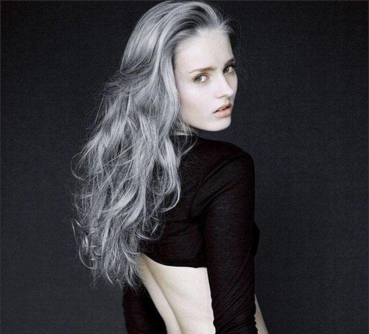 cheveux gris longs bouclés- la tendance poivre et sel en 2016