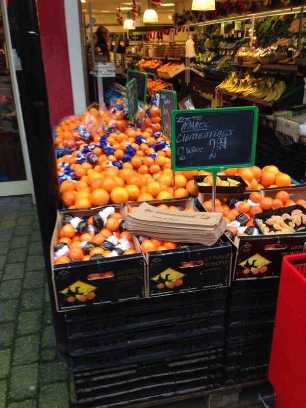 Genoeg sinaasappels te koop, ook de prijs is zichtbaar.