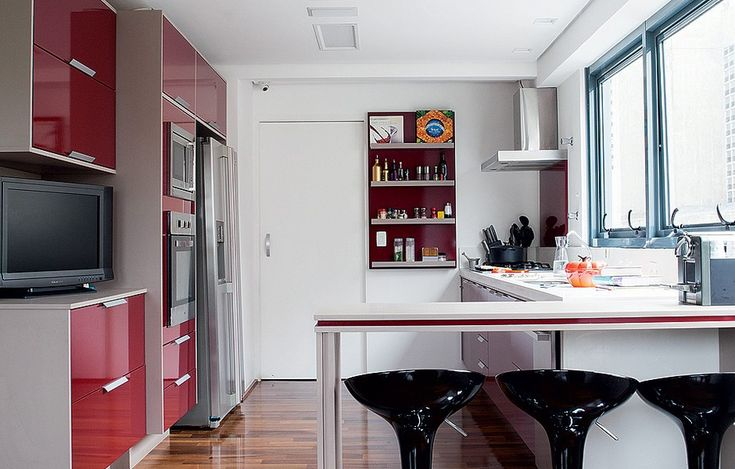 A empresária Camila Salek usou móveis de cores vibrantes em sua cozinha, em tons similares ao famoso marsala, todos da loja mineira Okka House (okkamoveis.com.br)