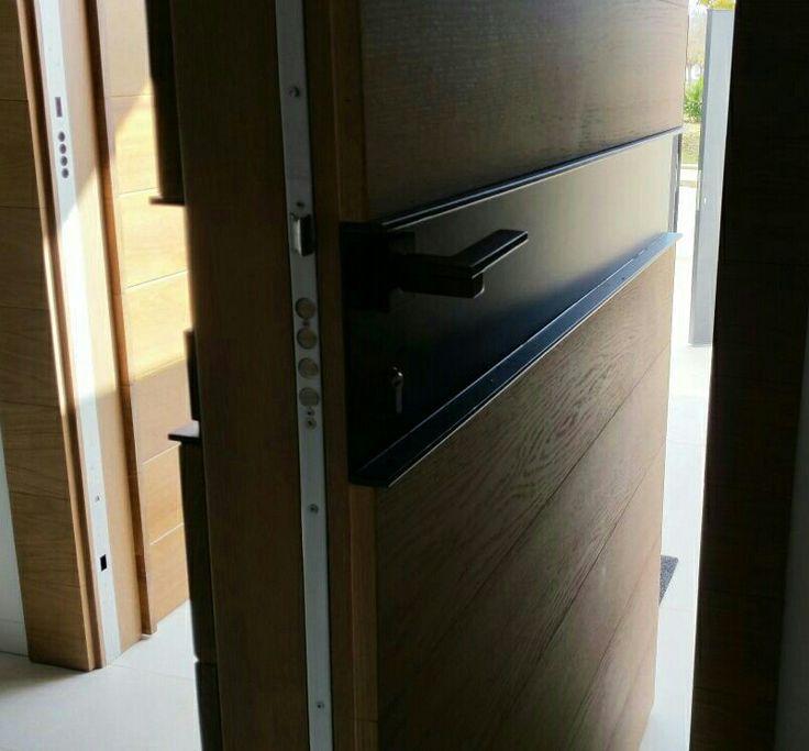 Puerta pivotante madera y metal antracita. EL TUNEL.