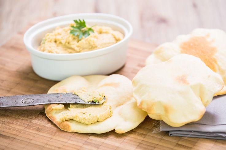 Skvělá kořeněná pomazánka z vařené cizrny - hummus - podávaná s domácími chlebovými plackami - pita vykouzlí výtečnou večeři.