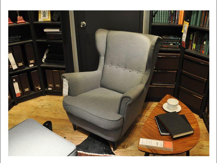 Серое кресло в интерьере комнаты в классическом стиле с высокой спинкой купить https://lafred.ru/catalog/catalog/detail/45844214320/