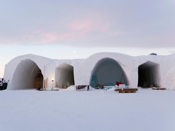Im schwedischen Jukkasjärvi, zirka 200 Kilometer nördlich vom Polarkreis, liegt das älteste Eishotel der Welt.