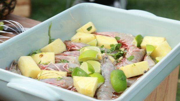 Čerstvé krevety, limety a ananas. To vše bude součástí špízu. Foto: