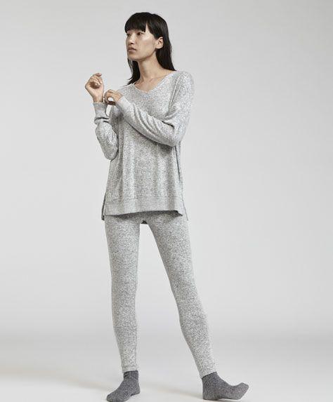 Legginsy z melanżowego zgrzebnego materiału, 89.9PLN - Legginsy z gumką w pasie i bez kieszeni. Wymiary ubrania: Całkowita długość od pasa: 93 cm oraz szerokość w biodrach: 42 cm. Wymiary te odpowiadają rozmiarowi M. - Modowe trendy AW 2017 dla kobiet na stronie Oysho: bielizna, odzież sportowa, motywy etniczne i cygańskie, buty, dodatki, akcesoria i stroje kąpielowe.