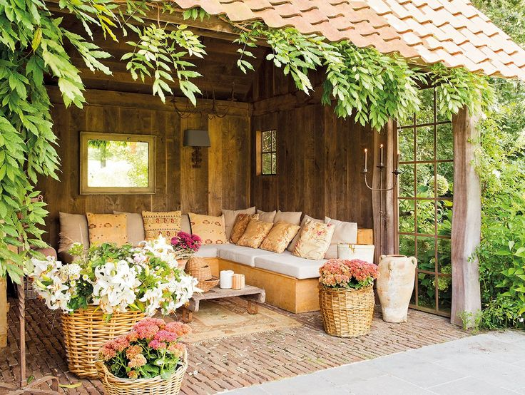 Refugio de exterior  En Toca Fusta encuentras una mesa similar y en La Maison unos cojines parecidos.