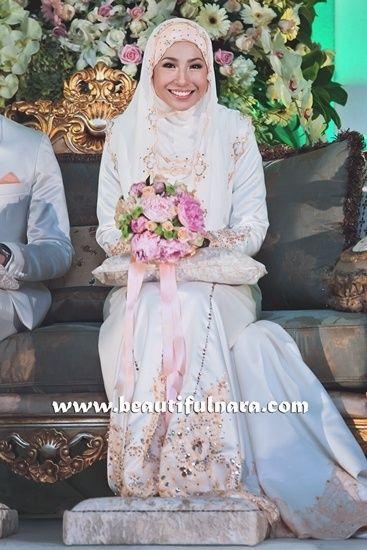 shes just beautiful! if i were muslim this would be exactly what i would wear on my wedding day! Koleksi Gambar Kahwin Irma Hasmie Dan Redza - Hafiz Rahman-Baju Kurung