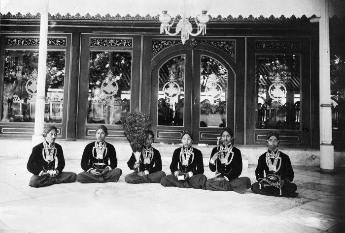 COLLECTIE TROPENMUSEUM Hofpersoneel met de rijkssieraden van de kroonprins van Jogjakarta tijdens diens bezoek aan de Susuhunan van Solo in de kraton te Soerakarta.
