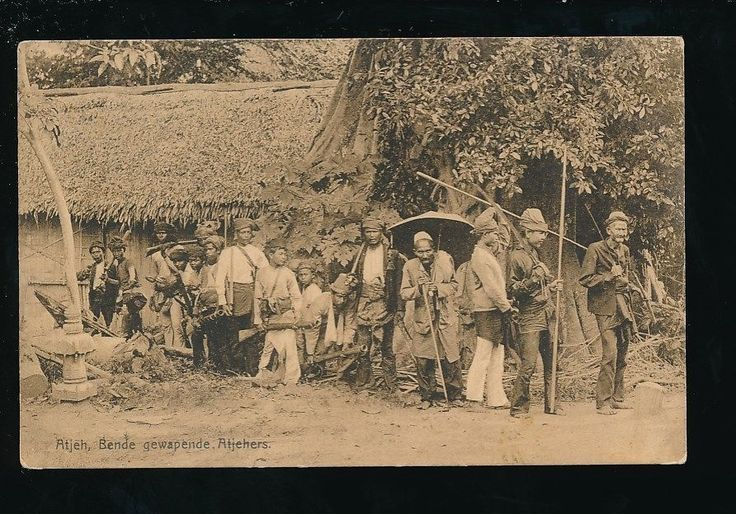 Indonesia ATJEH Bende gewapende Atjehers Native tribesmen guns swords 1912