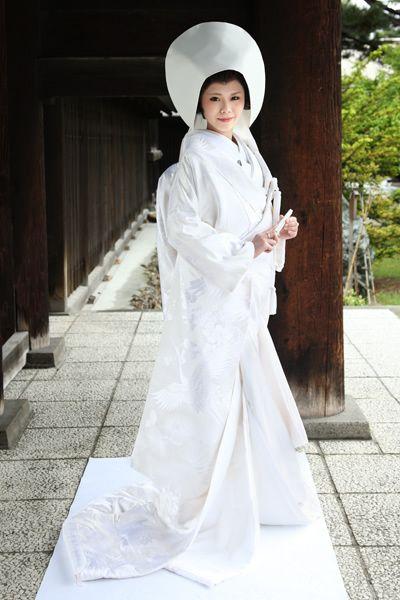 Traditional white 'shiromuku' Japanese wedding kimono ...