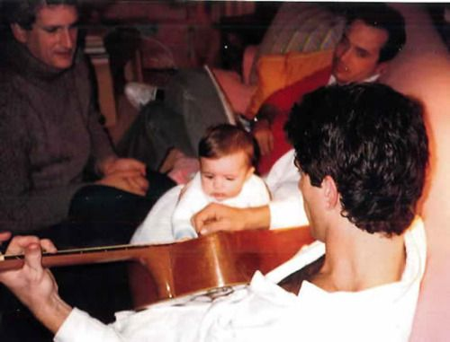 John Kennedy Jr. plays the guitar for his niece, Rose Schlossberg. Also pictured: Edwin Schlossberg and Anthony Radziwill  (via kennedylegacy.)