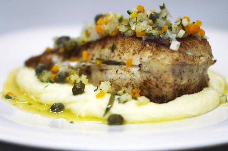 Griet is eigenlijk de vis van de toprestaurants. Een bordje met griet is 'la bonne cuisine', gastronomie voor een speciale dag. De vis is niet goedkoop, maar niets of niemand houdt je tegen om moten van een andere platvis met stevig visvlees te gebruiken. Dit gerecht smaakt dan ongetwijfeld even goed.Het stukje edele vis serveert Jeroen op een fluweelzachte aardappelpuree waarover hij een lauw-warme groentevinaigrette lepelt. Die combinatie levert een eerlijk hoofd- of voorgerech...