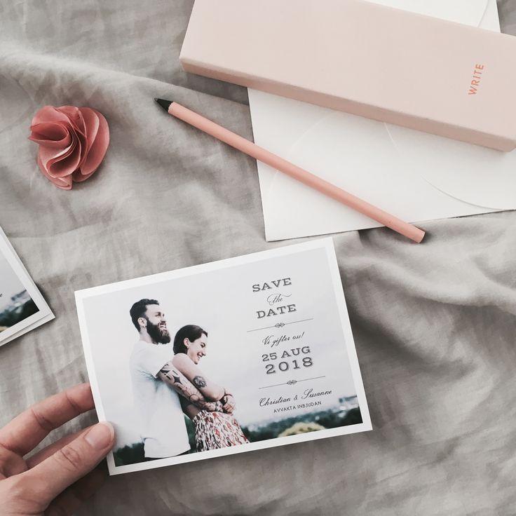 Vintage Save the date kort med foto. Skicka ut ett save the date kort innan inbjudan så att gästerna kan boka in ert bröllop!  #savethedate #foto #bröllop #vintage #bohem #modern #stilren #kul #text