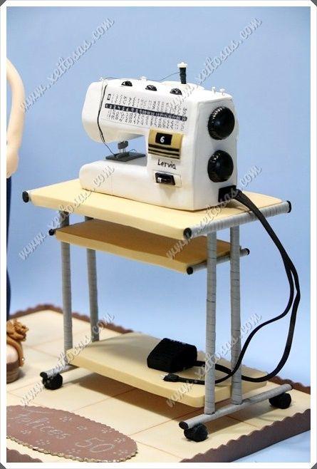 Mesa y maquina de coser en goma eva  Todas mis muñecas están registradas y está prohibida su copia.  www.xeitosas.com