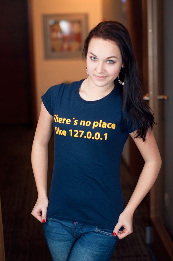 """T-shirt There is no place like 127.0.0.1 De vrouwelijke versie van de klassieker is een nauwsluitend model met verkorte mouwtjes en heeft een opdruk met de tekst: """"There is no place like 127.0.0.1″. Blikdicht met aangenaam hoge stofdichtheid en een eersteklas verwerking."""