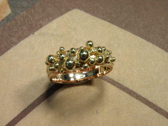 * heirloom | oogst-sieraden * Ring * Geelgouden bolletjes van eigen oud goud vervaardigd op eigen wit- met roodgouden ring gesoldeerd * Maatwerk *