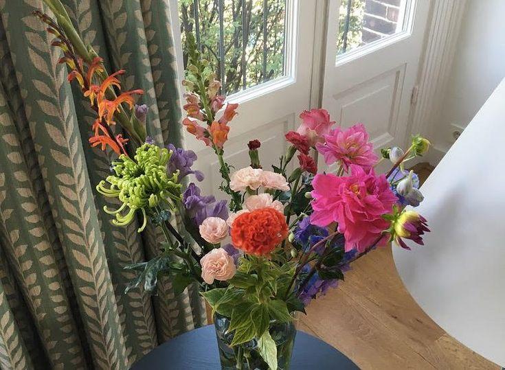 Als de kerstboom het huis uit gaat en de dagen weer langer worden, dan krijg ik veel zin om de lente in huis te halen. Met bloemen gaat dat heel makkelijk!Vanaf begin februari stikt het bij de bloemenstalletjes van de bosjes tulpen, narcissen, hyacinten en paastakken. Voor een paar euro kun je heel veel kleur …