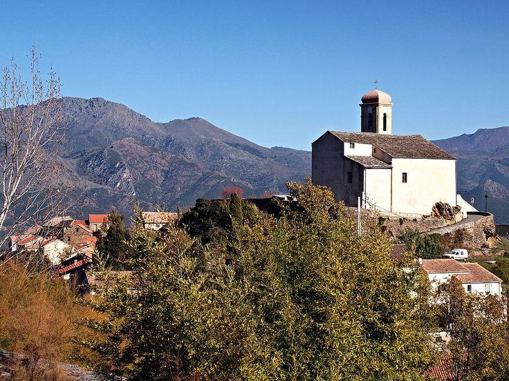 Région di Corti - Poggio-di-Venaco - L'Église sur son éperon rocheux et une partie du village tout autour, versant sud/ouest