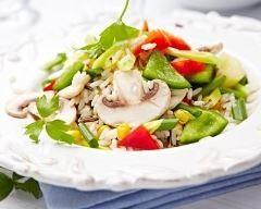 Salade de riz aux poivrons : http://www.cuisineaz.com/recettes/salade-de-riz-aux-poivrons-83152.aspx