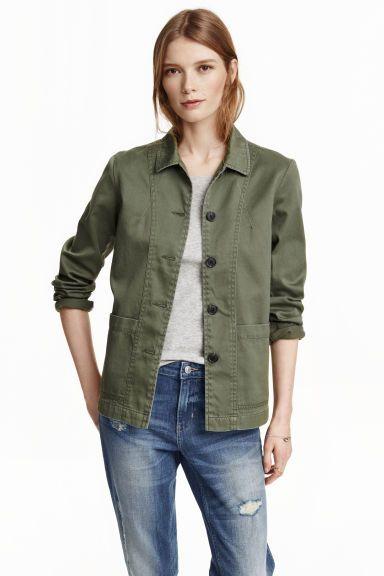 Jas van keper: Een jas van zachte, gewassen katoenen keper met zakken en zijsplitten achteraan. Ongevoerd.