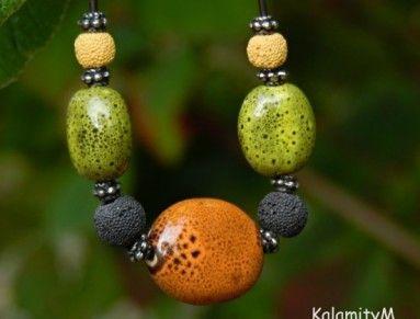 Máte rádi kiwi? Zelené a oranžové porcelánové korálky doplněné lávovými korálky a bižuterními komponenty v barvě stříbra by vám ho mohly připomenout. A to vše je navlečeno na matně hnědé kulaté 2mm kůži. Prostřední oranžový korálek je cca 2,8x2,2cm velký, zelené jsou cca 1,9x1,5cm a lávové korálky mají průměr 0,9 a 0,6cm.  Délka náhrdelníku cca 54 cm. Délku mohu na přání zkrátit.