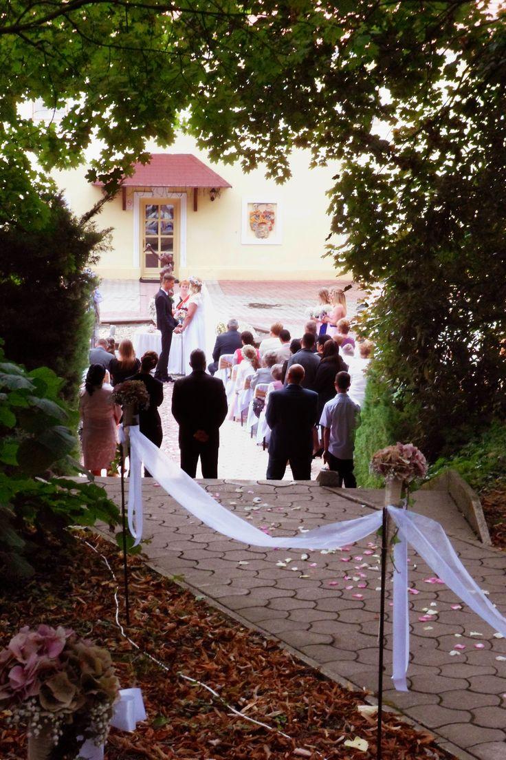 Esküvő a Kastély udvarán