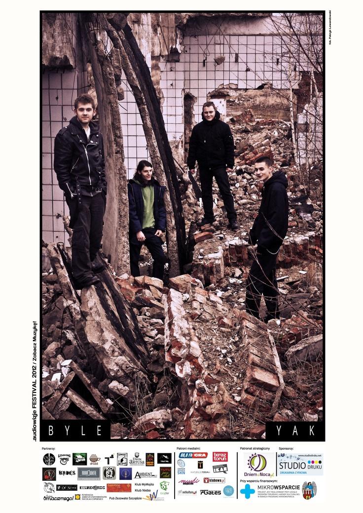 BYLE YAK, zespół BYLE YAK powstał w lipcu 2011 roku, w Toruniu/Lubiczu. Muzyka jaką grają kręci się w gatunkach ska, punk, reggae. W skład zespołu wchodzą: Kefir, Kalaf, Turok, Paweł, Dżordż aka Donżuan. Ich poczynania można śledzić na bieżąco pod adresem: http://www.facebook.com/ByleYak .