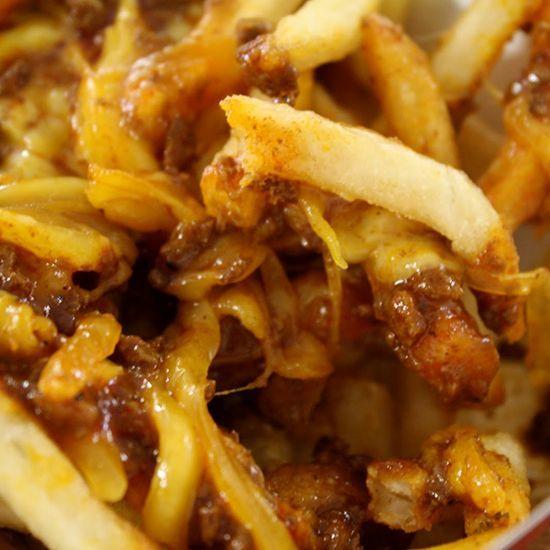 Der Wienerschnitzel Chili Hot Dog Chili Sauce – Famous Recipe!!! Ingredients: 3/4 lb ground beef 1/4 lb ground pork 6 cups water 1/4 cup corn starch 1/2 cup wondra flour (instant flour) 1 small can tomato paste 1 tsp white vinegar 6 Tbsp chili powder 1/2 Tbsp salt 1 Tbsp dried onion flakes 1/4