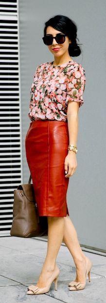 saia de couro marrom camisa floral