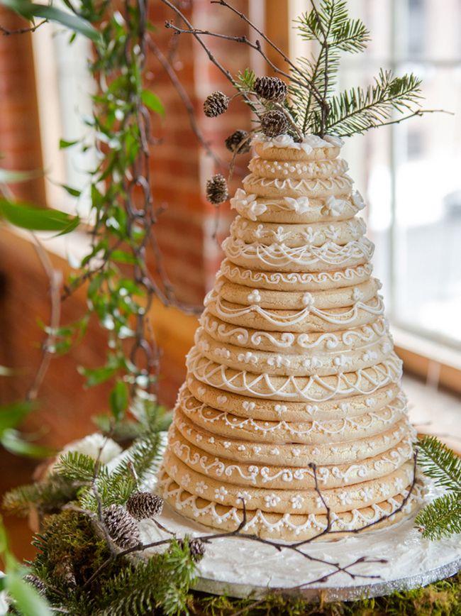 20 Crazy Gorgeous Winter Wedding Cakes | SouthBound Bride | http://www.southboundbride.com/20-crazy-gorgeous-winter-wedding-cakes | Credit: Studio J Photography/Simply Elegant/Mai Little Cakes via Reverie