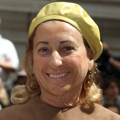 Miuccia Bianchi Prada es una empresaria y diseñadora de moda italiana; diseña para las casas de moda Prada y Miu Miu. Tiene un doctorado en ciencias políticas. Es la nieta más joven de Mario Prada, fundador de la casa Prada.
