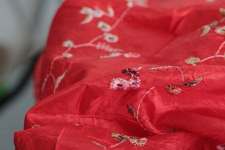 Ce foulard d'un magnifique rouge vif ne pourra pas passer inaperçu sur vos tenues d'hiver comme