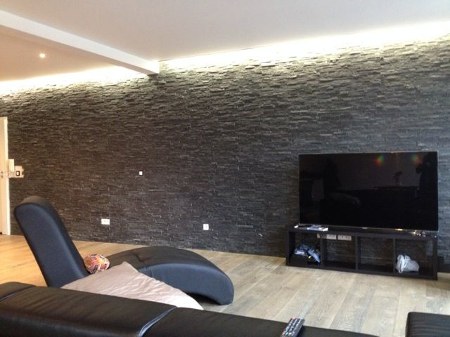 Salon en parquet massif mur de pierre anthracite gorge lumineuse caressant d licatement le mur for Deco mur tv