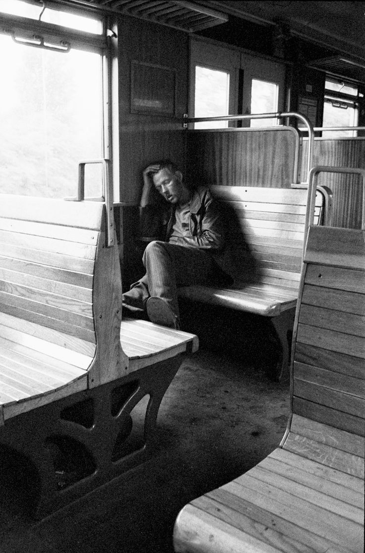 Die ursprünglichen Holzbänke in den alten Berliner S-Bahnzügen waren toll. Sehr bequem. Im Winter war es ratsam, nicht direkt über einer Heizung zu sitzen (runde Teile unter'm Sitz). Das konnte ziemlich heiß werden. Trotzdem: sehr gemütlich!