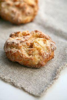 Rezept: Blitz-Apfel-Ballen mit Zucker und Zimt, leicht veganisierbar <3 (abgetropfter Sojaghurt statt Quark). Tipp eines Users: noch eine Prise Salz u. etwas Zitronenabrieb in den Teig geben, evtl. etwas weniger Zucker in den Teig)