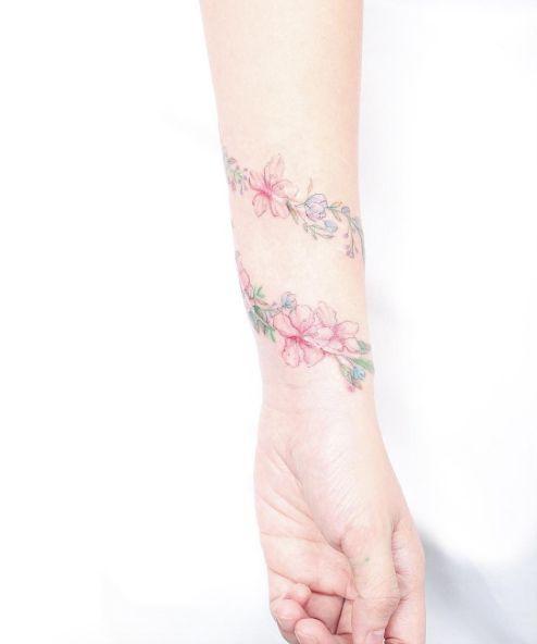 Muñeca floral del tatuaje de la mini Lau