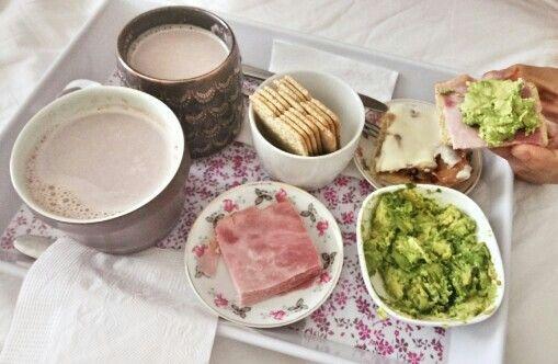 Leche con chocolate amargo, Kuchen de manzana y nueces, galletas de salvado con jamón Ahumado y palta.