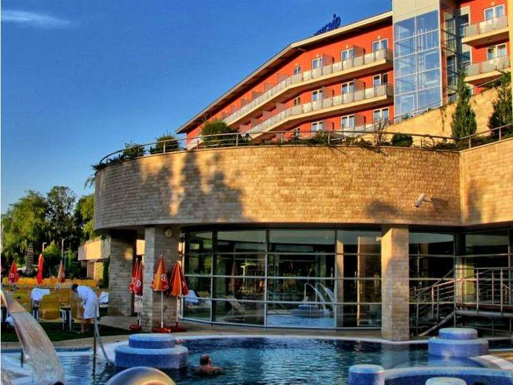 Thermal Hotel Visegrád: Békés, nyugodt, exkluzív környezetben töltődhettek fel Visegrádon, a festői Dunakanyarban. Számos látnivaló, a Duna, a Pilis és a Fellegvár remek kirándulási lehetőségeket rejtenek, nem messze a hoteltől. A kirándulások után pedig a szuper wellness részlegben pihentethetitek fáradt izmaitokat.