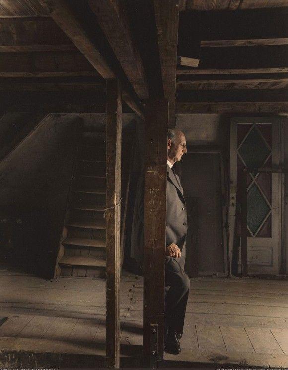 戦時中に家族と共に過ごした屋根裏を再訪した、アンネの父、オットー・フランク。(1960年5月3日)
