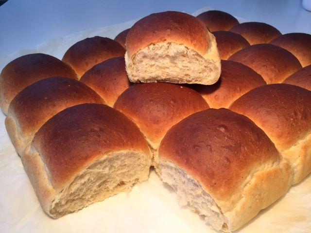 Lækre bløde og luftige hvedknopper som er et must at bage i forbindelse med Store Bededag. Skøn opskrift som er nem at gå til. Rist dem efterfølgende og server med smør