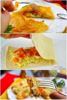 Folhado de Queijo, massa folhada de forno de pizza, de queijo com tomate picadinho e orégano