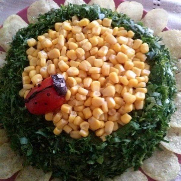 Luntuğ isimli Mutfağımızdan Ayçiçeği Salata;   İçi sarımsaklı yoğurtla sotelenmiş kırmızı havuç,alt ve üst kısmı taze soğanla yoğrulmuş patates..dış kaplama patates salatası,mısır ve yeşilliklerle süslenmiş bir lezzet..hem görsel ,hem lezzetli bir salata…  1 Adet Salata 10 Porsiyondur