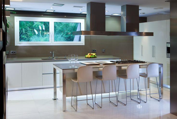 Gi kjøkkenet et tøft og moderne uttrykk med benkeplater i kvartskompositt fra Ellingard Collection! Klikk for mer inspirasjon og info.